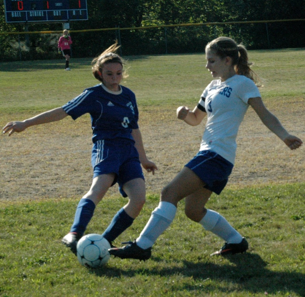 Mariner Ashley Haskell works for control against Sumner. Photo by Jack Scott