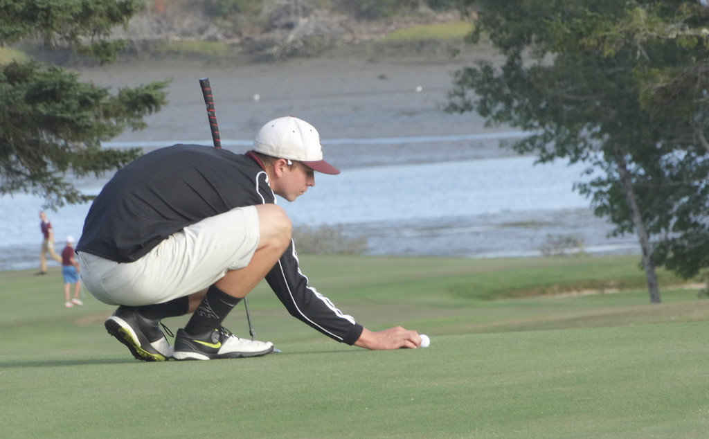 Dakota Chipman eyes a putt